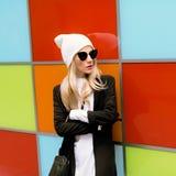 时兴的白肤金发的身分对明亮的墙壁 都市秋天 库存图片