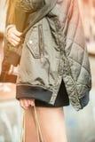 时兴的秋天成套装备 塑造穿一件美丽和时髦短夹克的博客作者 免版税库存图片