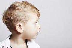 时兴的英俊的小男孩。时髦的理发。时尚孩子 库存照片