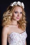 时兴的画象射击了逗人喜爱的金发碧眼的女人的美丽的性感的女孩有佩带花的花圈卷发的手工制造 库存图片