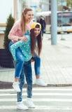 时兴美好年轻女朋友站立 免版税库存照片