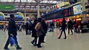 时间表通勤者视图timelapse在维多利亚火车站里面的在伦敦,英国 影视素材
