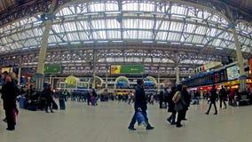 时间表通勤者视图timelapse在维多利亚火车站里面的在伦敦 股票录像