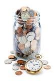 时间金钱硬币退休瓶子 库存图片