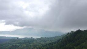 时间间隔、雾和云彩在火山和湖Gunung-Batur或Batur,巴厘岛印度尼西亚 股票录像
