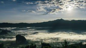 时间间隔美好的日出 薄雾和Cloudscape在山 影视素材