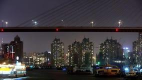 时间间隔,在河的明亮地被点燃的船在晚上,横跨海桥梁,都市 影视素材