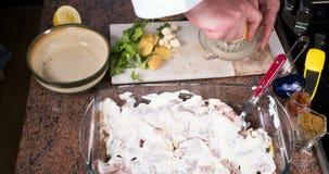 时间间隔:卤汁为一鸡tikka masala做准备用印地安香料 影视素材