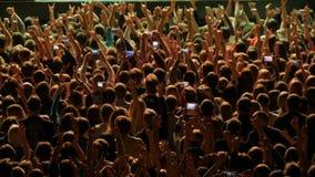 时间间隔 人人群摇滚乐音乐会的 爱好者在摇滚乐队的表现前面会集 影视素材