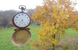 时间飞行 背景概念查出的目的程序时间白色 免版税库存照片