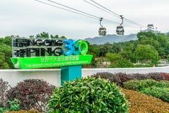 昂坪360在大屿山的Skyrail在香港是世界多数惊人的缆车经验 在缆道线的大标志与 免版税图库摄影