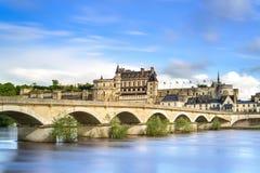 昂布瓦斯、村庄、桥梁和中世纪城堡。卢瓦尔河流域,法国 免版税库存照片