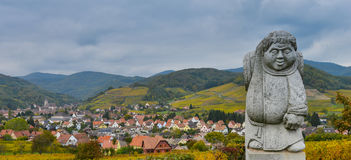 昂德洛,阿尔萨斯村庄,葡萄园,修士运载的葡萄酒桶雕象  免版税图库摄影
