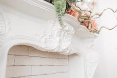 昂贵的内部 在轻的豪华壁炉的灰泥元素 被仿造的白色 从石膏的造型元素 Roccoco 免版税图库摄影