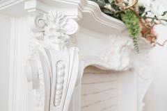 昂贵的内部 在轻的豪华壁炉的灰泥元素 被仿造的白色 从石膏的造型元素 Roccoco 免版税库存照片
