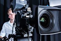 昂贵的演播室照相机前面的特写镜头 免版税库存图片