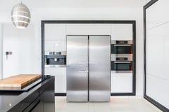 昂贵的厨房在现代房子里 免版税库存照片
