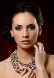 昂贵的垂饰的美丽的妇女 免版税库存照片