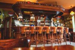 昂贵的时髦的酒吧内部,由桃花心木制成在爱尔兰客栈 库存照片