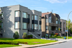昂贵的现代大灰色房子 免版税库存照片