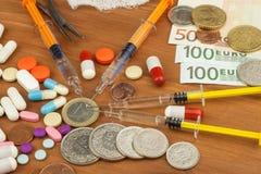 昂贵的治疗的金钱 瑞士法郎和欧元在药物 卖药物 关心消耗大的健康 现代的医学 免版税图库摄影