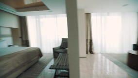 昂贵的apartaments、大厅和卧室内部  从窗口的明亮的光 股票视频