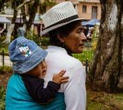 昆卡省,厄瓜多尔, 2018年1月13日:厄瓜多尔土产妇女carri 库存图片