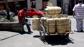 昆卡省,厄瓜多尔- 20180920 -人坐斯特普在他的推车旁边充满丙烷储罐 股票录像