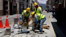 昆卡省,厄瓜多尔- 20180920 -工作者倾吐水泥入桶混合 股票视频