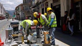 昆卡省,厄瓜多尔- 20180920 -工作者混合水泥 影视素材
