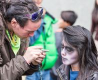 昆卡省,厄瓜多尔/2014年1月5日:女孩安排构成申请是v 库存照片
