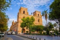 昆卡省,厄瓜多尔- 2015年4月22日:位于城市、美好的砖建筑学和门面的心脏的壮观的主要大教堂 库存照片