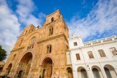 昆卡省,厄瓜多尔- 2015年4月22日:位于城市的心脏的壮观的主要大教堂,美好的砖建筑学 库存图片