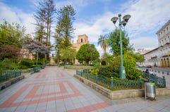 昆卡省,厄瓜多尔- 2015年4月22日:位于城市的心脏的壮观的主要大教堂,美好的砖建筑学 免版税库存照片