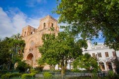 昆卡省,厄瓜多尔- 2015年4月22日:位于城市的心脏的壮观的主要大教堂,美好的砖建筑学 库存照片