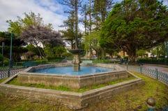 昆卡省,厄瓜多尔- 2015年4月22日:位于大广场的混凝土迷人的老喷泉 免版税库存照片