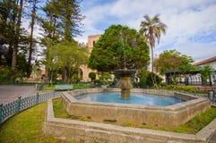 昆卡省,厄瓜多尔- 2015年4月22日:位于大广场的混凝土迷人的老喷泉 库存照片