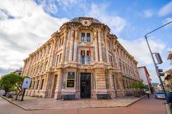 昆卡省,厄瓜多尔- 2015年4月22日:位于市中心的省法院大厦,意想不到的西班牙殖民地居民 免版税库存照片