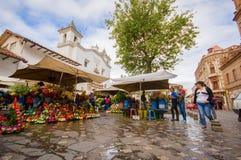 昆卡省,厄瓜多尔- 2015年4月22日:在城市广场的著名地方花市场,位于在主要大教堂旁边 免版税库存图片
