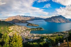 昆斯敦全景在金黄小时,新西兰 免版税库存照片