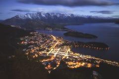 昆斯敦和瓦卡蒂普湖,新西兰看法  库存照片