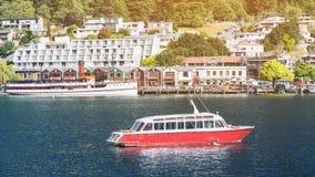 昆斯敦市,新西兰湖边平地  免版税库存图片