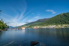 昆斯敦市,新西兰湖边平地  免版税库存照片