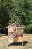 昆虫旅馆在庭院里 免版税库存照片