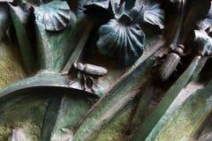 昆虫,花,哺乳动物鸟的元素在老入口门的对圣洁家庭的寺庙 库存照片
