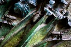昆虫,花,哺乳动物鸟的元素在老入口门的对圣洁家庭的寺庙 免版税库存照片