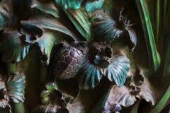 昆虫,花,哺乳动物鸟的元素在老入口门的对圣洁家庭的寺庙 免版税库存图片