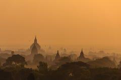 黎明、日出和塔,在缅甸(Burmar)的Bagan 免版税库存照片