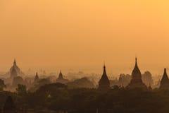 黎明、日出和塔,在缅甸(Burmar)的Bagan 免版税图库摄影