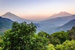 黎明三个火山,危地马拉 库存图片